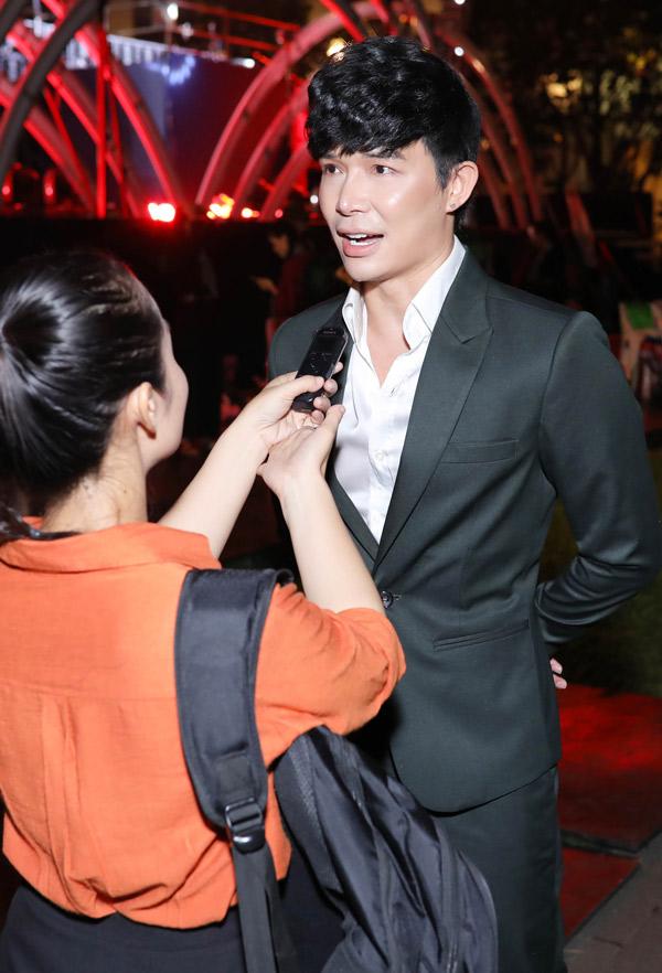 Chàng ca sĩ chia sẻ, anh thích hát ở phố đi bộ Nguyễn Huệ vì gần nhà, chỉ cần đi bộ cũng tới. Ngoài ca hát, anh hiện kinh doanh khách sạn, resort.