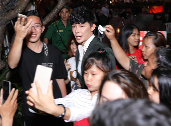 Sau khi rời sân khấu, Nathan Lee bị kẹt giữa hàng nghìn khán giả có mặt trên phố đi bộ. Một số fan teen tranh thủ tiếp cận, chăm sóc lau mồ hôi cho chàng ca sĩ và chụp ảnh với anh.