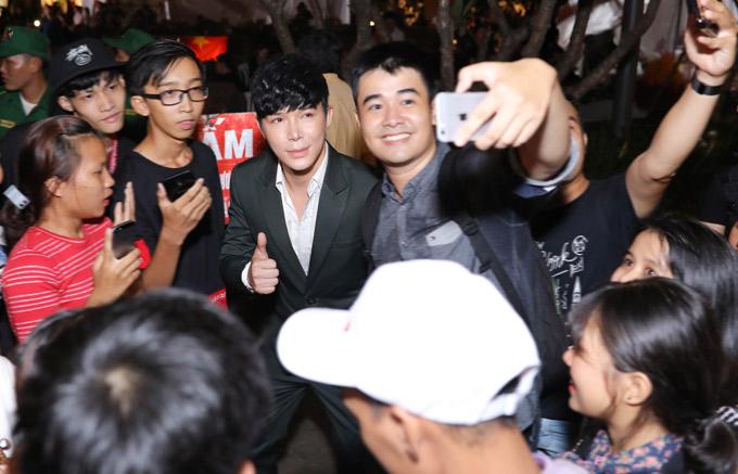 Giọng ca Xinh vui vẻ nán lại, để các fan ghi lại những khoảnh khắc kỷ niệm với thần tượng.
