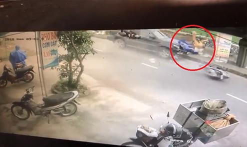 Xe máy sang đường không quan sát, bị ôtô tông bay hàng chục mét