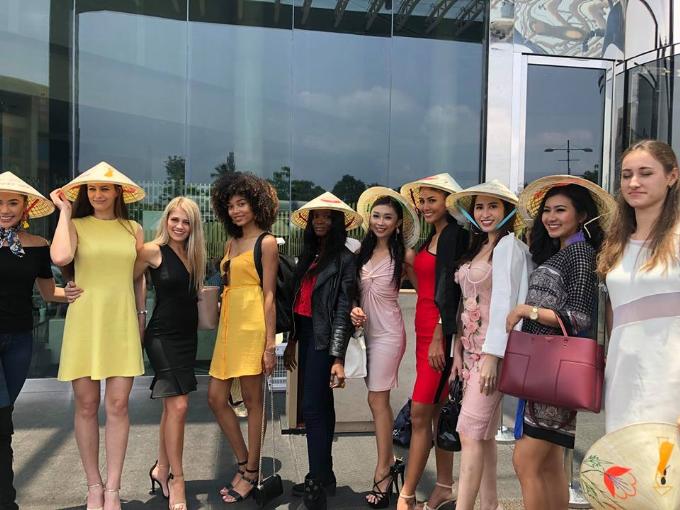 Người đẹp gặp gỡ các thí sinh nước bạn và tặng quà là những chiếc nón lá Việt Nam.