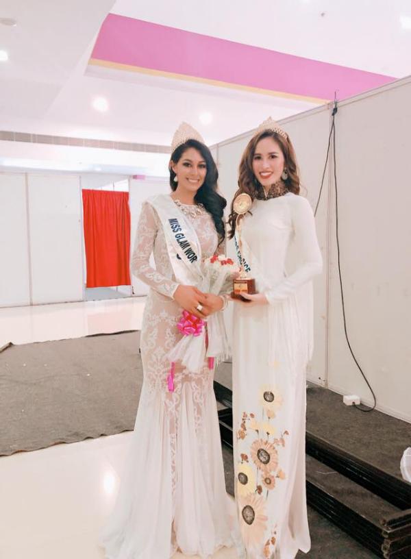 Ngọc Hân trong tà áo dài trắng chụp cùng Miss Mexico cũng là Miss Glam World 2018.