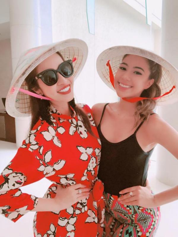 Trước khi trở về nước, Ngọc Hân và các thí sinh nước bạn không quên chụp ảnh với chiếc nón lá Việt Nam. Ngọc Hân cho biết cô thực sự rất vui khi các người đẹp yêu thích món quà của cô.