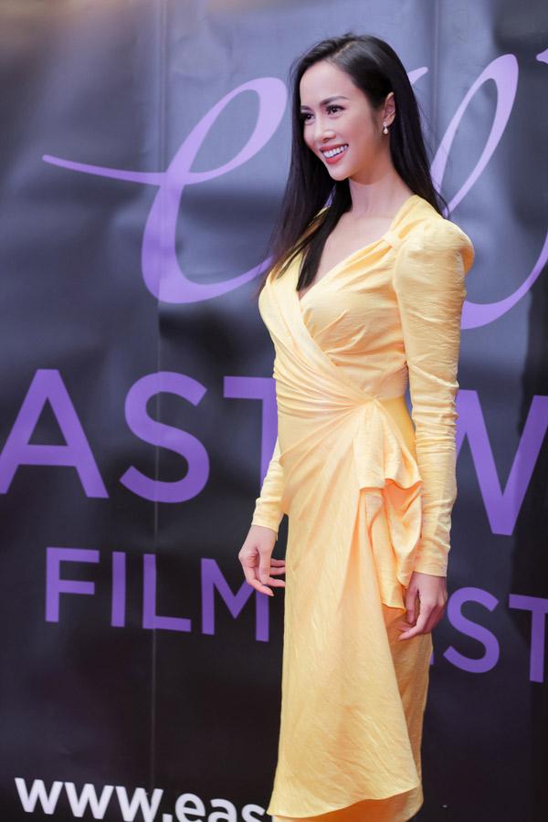 Người đẹp diện thiết kế của Lê Thanh Hòa, khoe vẻ rạng rỡ trên thảm đỏ.