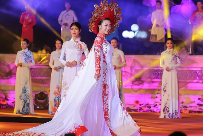 Nhà thiết kế sáng tạo thêm phần áo choàng dài 5 mét để tôn vẻ lộng lẫy, quyền lực của mỹ nhân người Hà Nội trên sân khấu Huế.