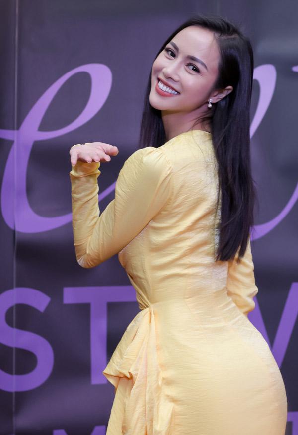 Bộ cánh thắt eo giúp tôn đường cong của Vũ Ngọc Anh. Sắp tới người đẹp còn dự LHP Cannes ở Pháp. Ngoài đóng phim, cô còn học thêm về ca hát, vũ đạo để thử sức ở những lĩnh vực khác.