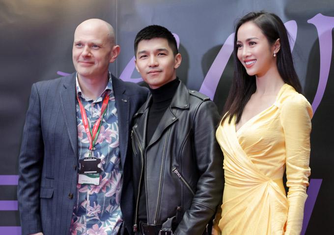 Hai diễn viên của phim Lôi báo hội ngộ những người bạn nước ngoài tại sự kiện.