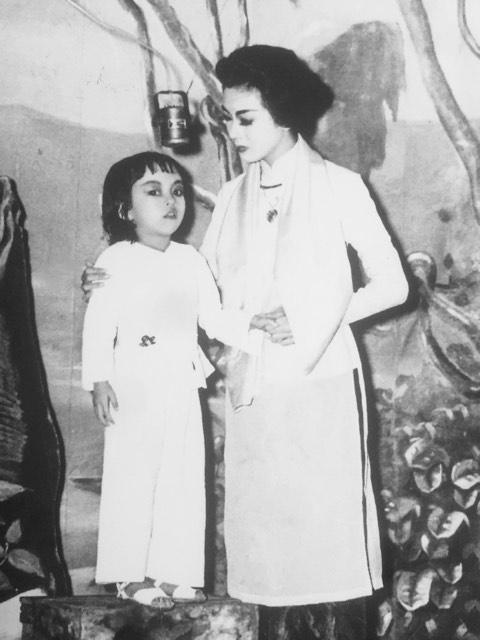 Thần đồng bé Hương Lan trên sân khấu với cố nghệ sĩ Thanh Nga.