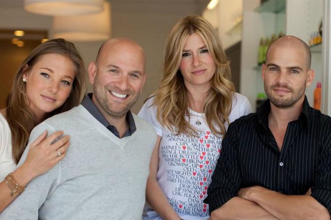 Những người đứng sau startup gia đình Drybar: vợ chồng Alli Webb (bên phải) vàvợ chồng anh trai Alli. Ảnh:Vanity Fair.