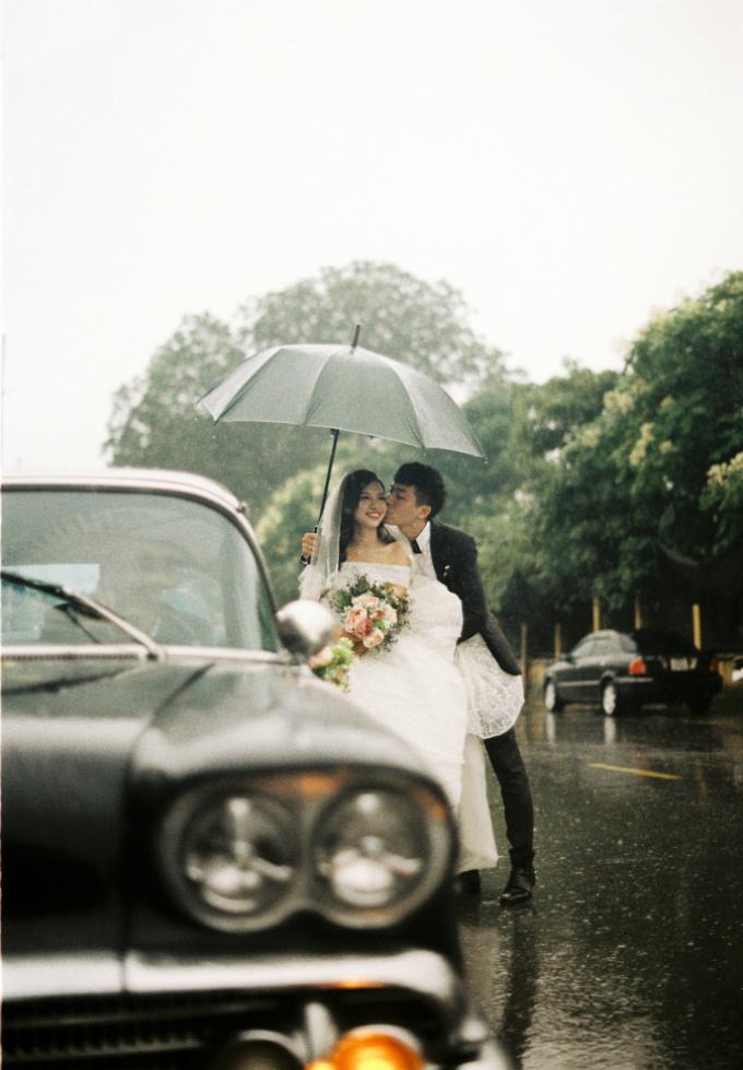 Trong cơn mưa tầm tã, chú rể hạnh phúc trao cho cô dâu nụ hôn ngọt ngào.
