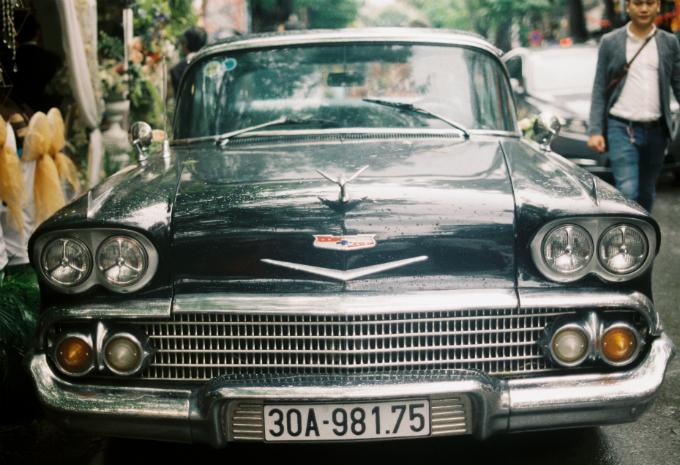 Điều đặc biệt trong đám cướilà nhà traiđã sử dụng dàn xe cổgồm một ô tô Chevrolet Chevy Impala 1958, 4 chiếc xe máy BMW R1100r, Triumph T120, Triumph T100, XJR 400 và một số xe khác để tham gia vào lộ trình rước dâu từ Thường Tín (Hà Nội) về đếnMinh Khai.