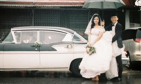Chú rể Hà thành rước dâu bằng dàn xe cổ giữa cơn mưa