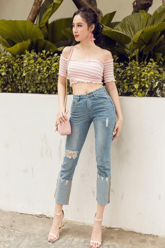 Những mẫu áo hở eo, khoe vai trần gần như là trang phục không thể thiếu của phái đẹp trong mùa hè. Bởi nó không chỉ giúp bạn gái tôn nét gợi cảm mà còn có được cảm giác dễ chịu trong không khí oi bức.