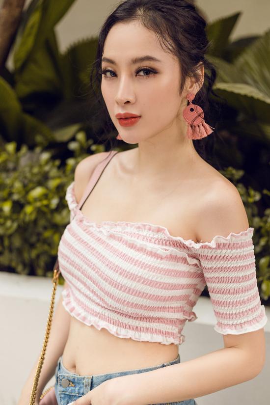Hoa tai trang trí tua tua hợp với xu hướng thời trang hè 2018 được lựa chọn để tạo điểm nhấn cho set đồ dạo phố của người đẹp.