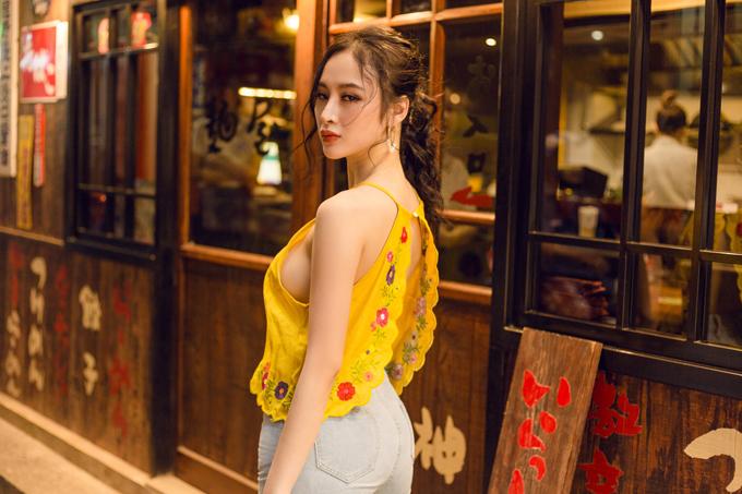 Áo cổ yếm được trang trí hoa thêu nhẹ nhàng, đi kèm là các chi tiết khoét nách, cut out ở lưng để giúp người mặc phô trọn vẻ gợi cảm.