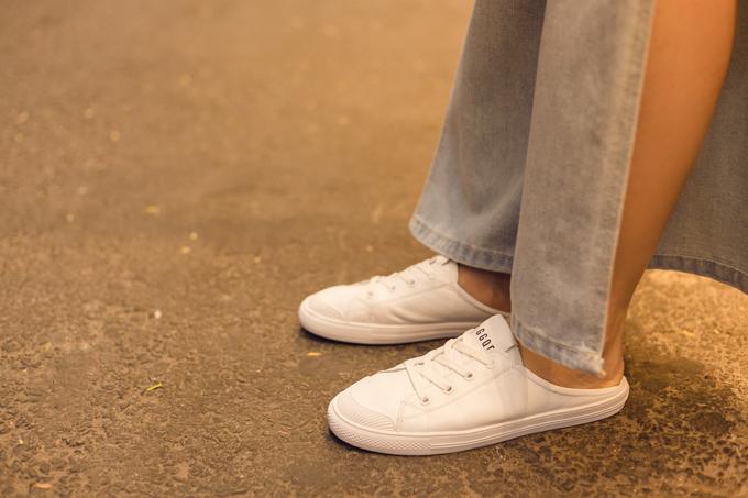 Ngoài các kiểu sandal quai mảnh giúp đôi chân thông thoáng, nữ diễn viên còn chọn các kiểu giầy đạp gót trên tông trắng để mix đồ street style.