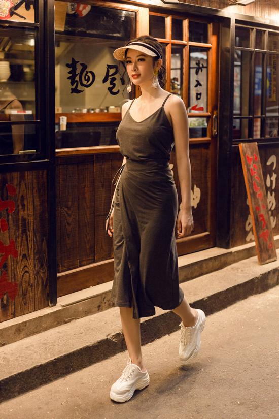 Khi không diện các mẫu áo khoe khoảng hở, người đẹp lại chọn váy vạt quấn trên chất liệu thun mỏng để ghi điểm về phong cách dạo phố hợp mốt, hợp mùa/