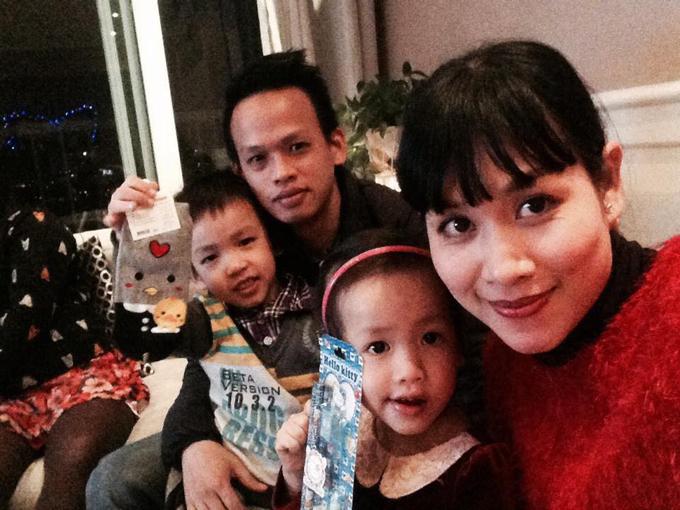 Hà Hương bên chồng và hai con. Con trainữ diễn viên năm nay 9 tuổi còn con gáinăm nay 7 tuổi.