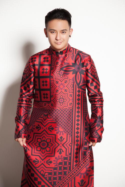 Áo dài của chú rể có tông đỏ trầm hơn, in họa tiết theo mảng và chú trọng tạo phong cách nam tính, mạnh mẽ.