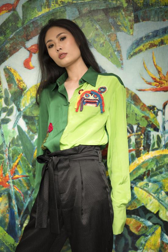 Ở bộ sưu tập xuân hè 2018, NTK Hà Linh Thư tiếp tục khai thác những họa tiết ảnh hưởng từ nghệ thuật pop art hiện đại như biểu tượng trái tim, bờ môi... Nó thể hiệncung bậc cảm xúc của phụ nữ khi chủ độngyêu: mạnh mẽ, tự tin vàquyến rũ.