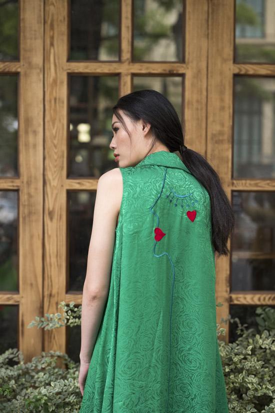 Không còn sải bước catwalk nhiều như trước, thời gian qua, Mai Giang lùi lại phía sau để dành tâm huyết cho công việc đào tạo người mẫu. Mới đây, cô nhận lời làm mẫu cho bộ sưu tập xuân hè The Boyfriend Jacket của NTK Hà Linh Thư.