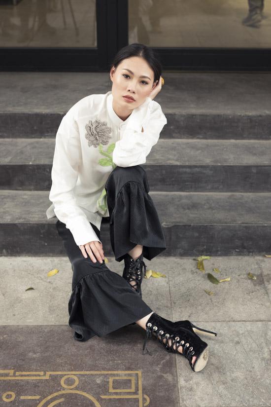 Các mẫusilk blazer, quần silhouette, áo khoác gillet vạt dài, áo khoác oversize... cũng được Hà Linh Thư yêu thích và đưa vào trang phục ứng dụng đời thường.