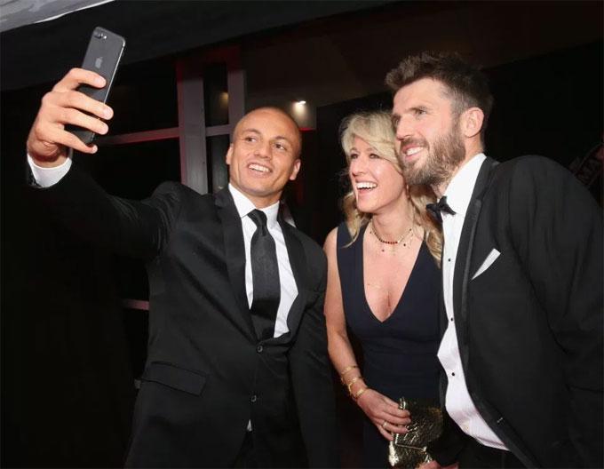 Cựu hậu vệ Brown chụp selfie vớivợ chồng Carrick.