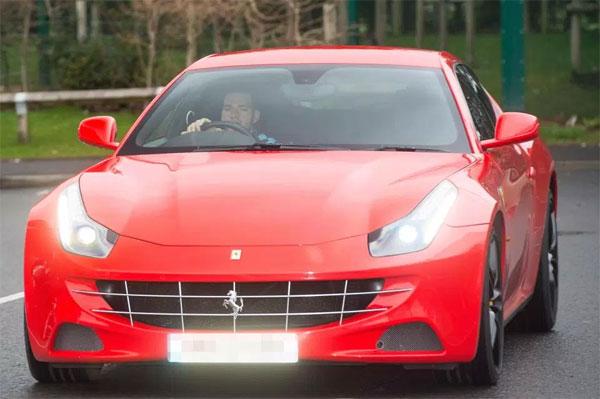 Ngoài ra, anh ta cũng trông rất phong cách trong chiếc Ferrari 458, có giá trị khoảng 170.000 bảng.