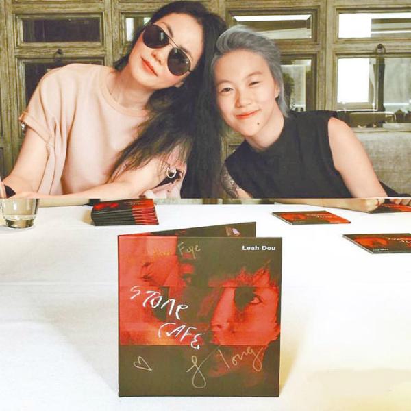 Vương phi cùng con gái trong buổi ra mắt album đầu tay Stone Cafe.