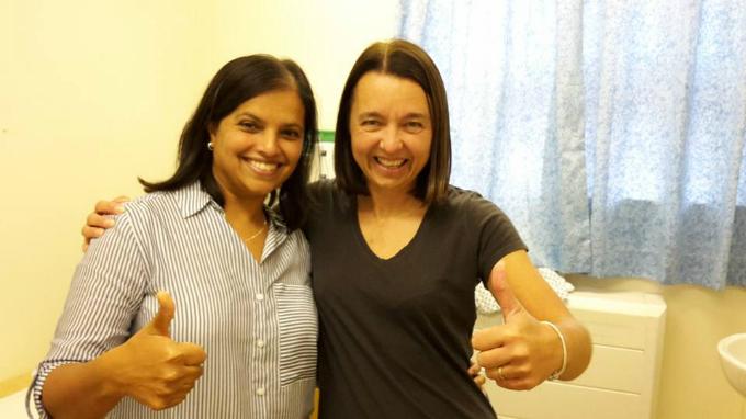 Carla (trái) hiện tại là người truyền cảm hứng và kiến thức phòng chống ung thư cổ tử cung cho nhiều phụ nữ.