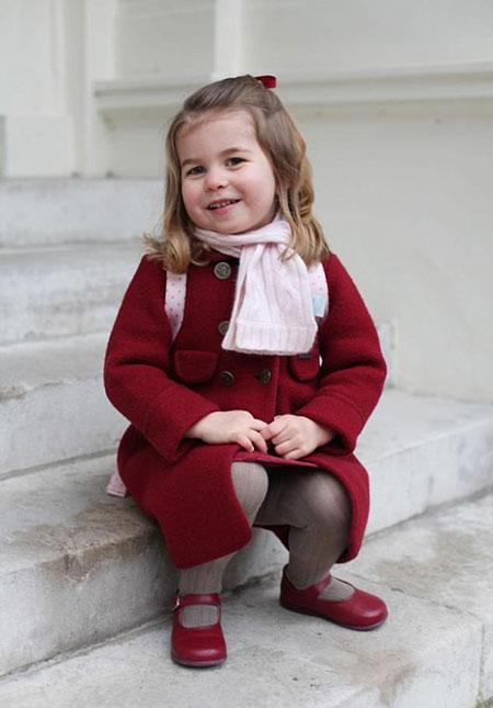 Ảnh Charlotte trong ngày đầu tiên đến trường được dùng làm ảnh sinh nhật tròn 3 tuổi của cô bé. Ảnh: Điện Kensington.