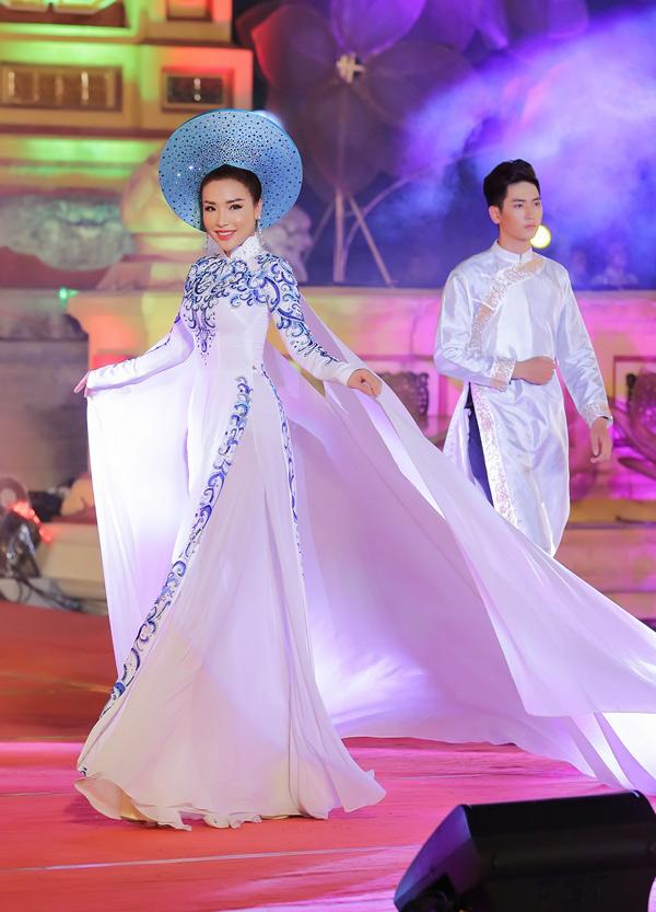 Á hậu Biển 2016 Khánh Phương giữ vai trò first face trong show diễn này. Các mẫu áo dài lấy cảm hứng từ họa tiết cung đình Huế, gợi nhớ một thời vàng son trong lịch sử dân tộc.