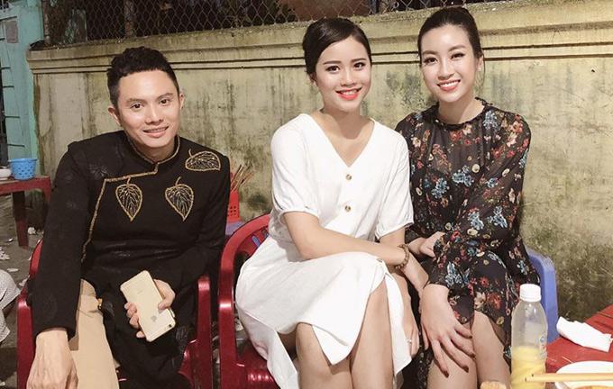 Sau khi xong công việc, nhà thiết kế cùng hoa hậu Đỗ Mỹ Linh và chân dài Ngọc Chi (giữa) đi ăn khuya ở một quán bình dân.
