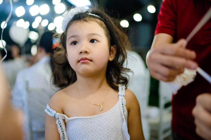 Từ nhỏbé Na đã lém lỉnh, tinh nghịch như con trai. Đôi lúc, cô nàng cũng nhõng nhẽo, điệu đà.