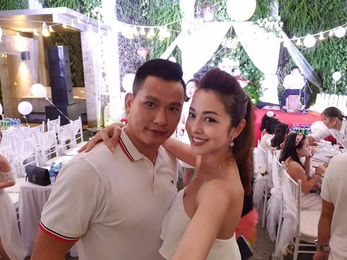 Vợ chồng Hoa hậu châu Á tại Mỹ 2006 mặc trang phục trắng ton sur ton, tình tứ bên nhau.