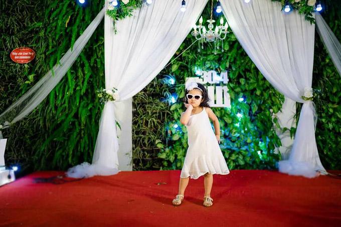 Nàng công chúa nhỏ còn diễntrang phục dạo phố điệu đà trong sự hò reo của bố mẹ.