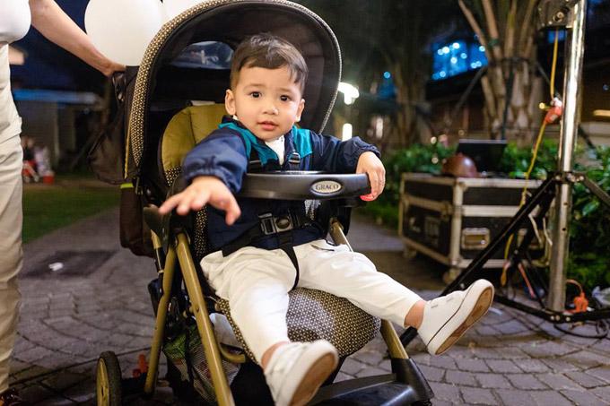 Bé Nu, con trai thứ hai của vợ chồng Jennifer Phạm cũng tham gia đêm tiệc cùng cả nhà.