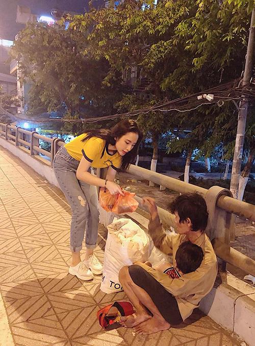 Angela Phương Trinh tiếp tục công việc từ thiện quen thuộc. Ngày nghỉ lễ, cô cùng bạn bè đi tặng suất ăn đêm cho người vô gia cư.