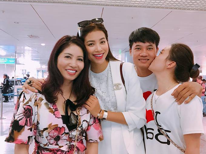 Dù bận rộn, Phạm Hương không quên dành thời gian cho gia đình. Cô chia sẻ: Mình phải đi làm việc, tranh thủ đưa cả nhà đi làm việc cùng ngày lễ.