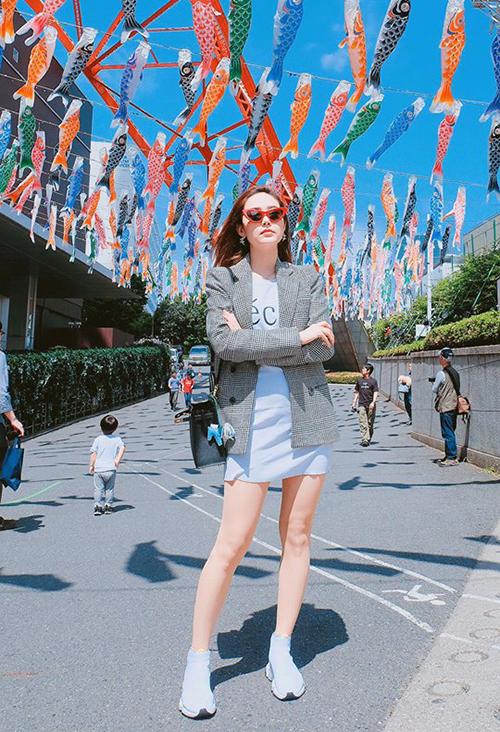 Minh Hằng tiếp tục chuỗi ngày rong chơi ở Nhật Bản. Trong hình, nữ ca sĩ đang đứng dưới con đường rực rỡ sắc màu dưới chân tháp Tokyo.