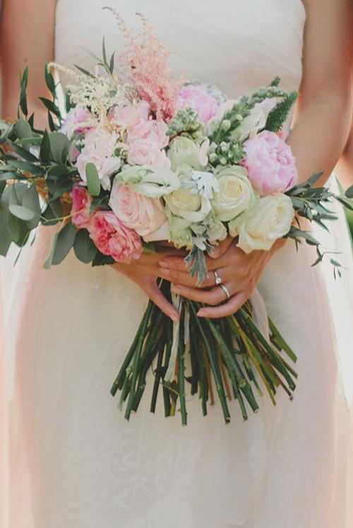 Hoa cưới cầm tay cô dâu là sự kết hợp giữa sắc hồng pastel với màu xanh bạc hà. Hai gam màu đan xen hài hoà.