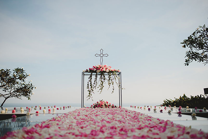 Sảnh tiệc cưới nổi bật với tông hồng chủ đạo và sự nhấn nhá của tông màu trắng trung tính tạo khung cảnh nên thơ.