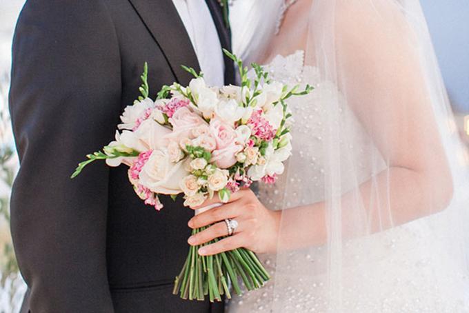 Hoa cưới cầm tay cô dâu là sự kết hợp của những nhành hoa hồng trắng và phớt hồng.