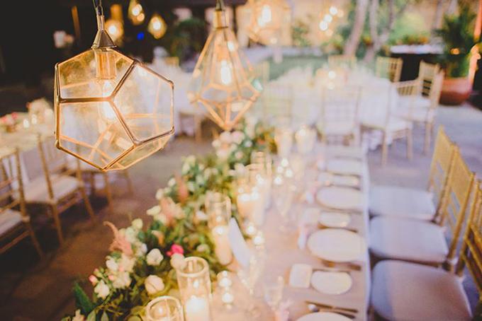 Không gian tại nhà hàng tiệc cưới được tô điểm thêm sắc vàng từ những chiếc đèn, ghế ngồi tạo nên sự sang trọng.
