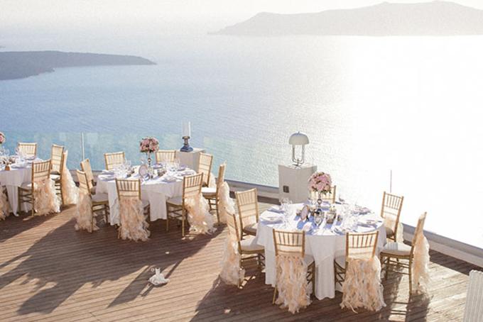 Uyên ươngchọn những lọ hoa hồng để trang trí cho bàn tiệc và gắn tua rua sắc hồng dịu cho ghế ngồi.