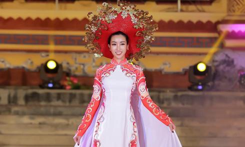 Đỗ Mỹ Linh diện áo dài 5 mét, làm vedette tại Festival Huế