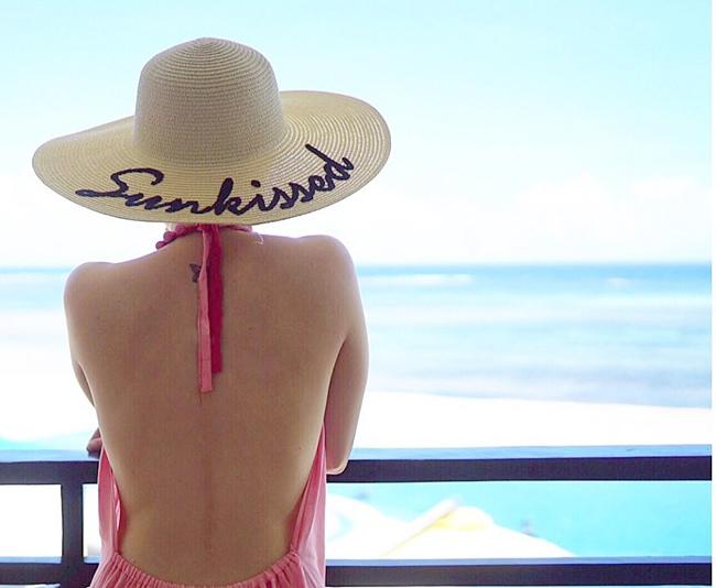 Mỹ nhân đẹp nhất Philippines cũng tranh thủ cơ hội khoe những đường cong gợi cảm trong trang phục đi biển.