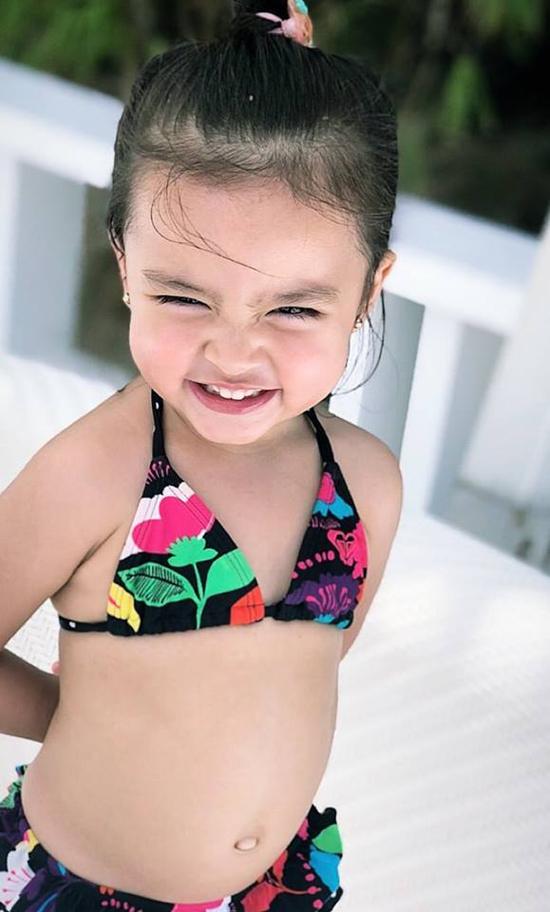 Nhà Dantes khởi động mùa hè với chuyến đi nghỉ ở biển hôm cuối tuần trước tại Philippines, địa điểm được cặp sao giữ bí mật. Trên Instagram, cặp sao chia sẻ những hình ảnh gia đình bên nhau, cùng một số tấm ảnh của con gái trong trang phục áo tắm, trông cô bé rất xinh xắn.