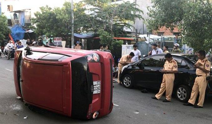 Sau khi va chạm nhiều xe, ôtô lật ngang giữa đường. Ảnh: Tin Tin