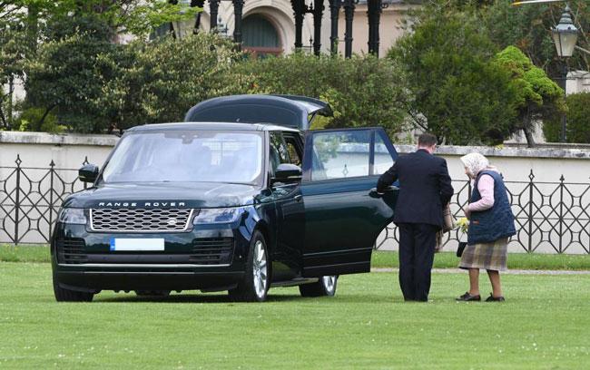 Nữ hoàng Anh ăn mặc giản dị trong lần đầu đến thăm chắt trai mới sinh - 1